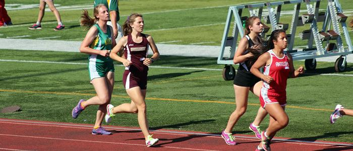 Allie+Pihl+races+in+the+girls+1600m+race.+Photo+by+JENICA+DODGE