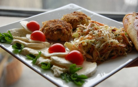 A food arrangement of vegetables, meat and bread. Photo by Homestage Multimedia (CC0 1.0)