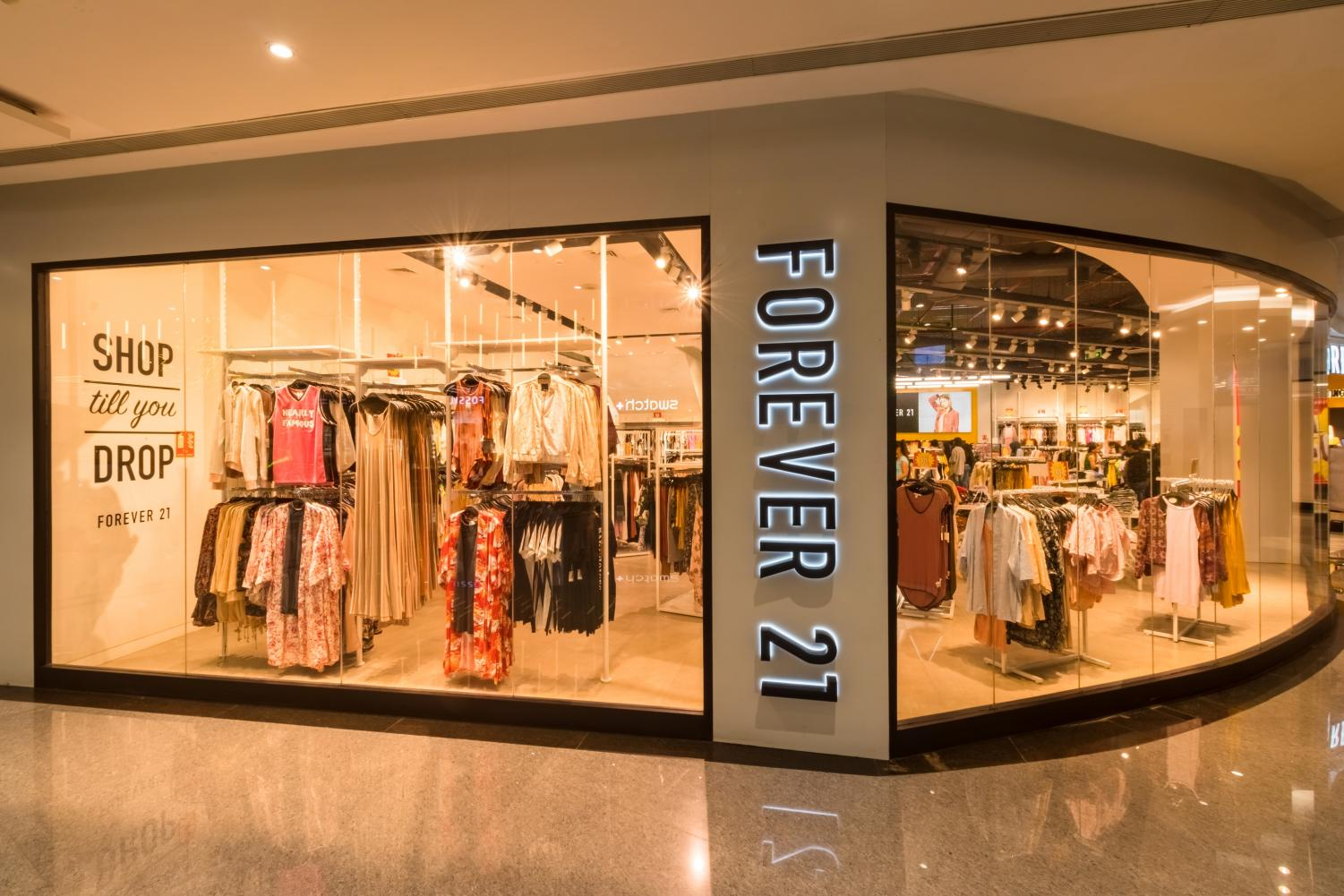 The Forever 21 store located in the Phoenix Marketcity. Forever 21 is having discussions of closing more than 350 stores out of the 800 stores they currently run.  Photo from Wikimedia Commons, used with permission under fair use.