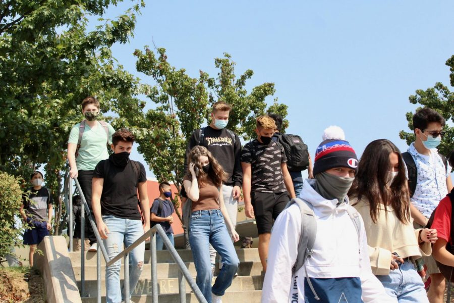 Students head down to lunch on the first day of hybrid, Sept. 21. Photo by Francheska Pontillas.